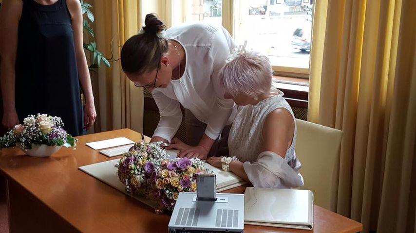 Trixie Hübschmann und ihre Ehefrau während der Hochzeit