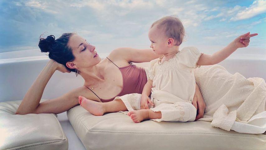 Troian Bellisario mit ihrer Tochter Aurora, Mai 2020