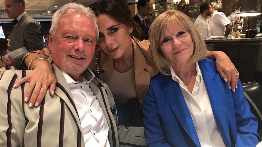 Victoria Beckham mit ihren Eltern Anthony und Jackie Adams in London