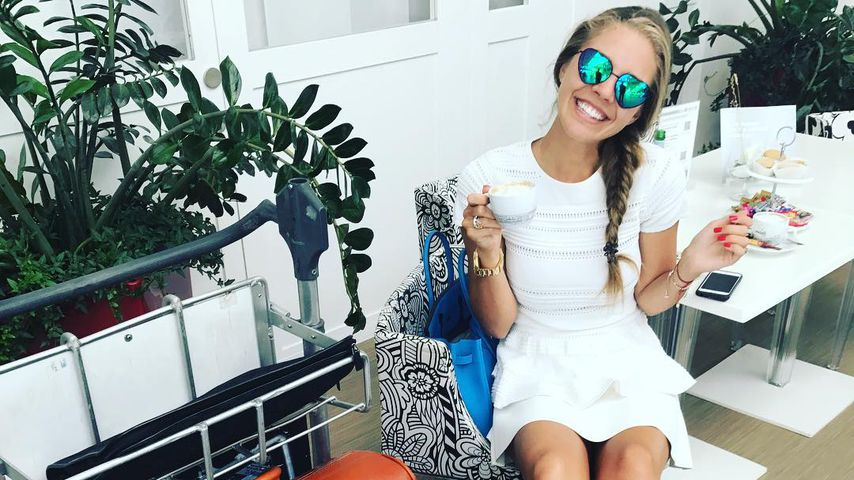 Flittert DIE süß! Victoria Swarovski im weißen Kleidchen