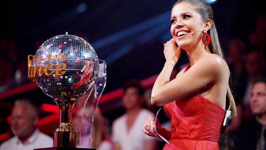 """Moderatorin Victoria Swarovski mit dem begehrten """"Let's Dance""""-Pokal"""