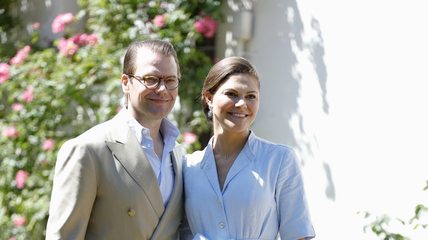 Daniel und Victoria von Schweden vor dem Solliden Palace