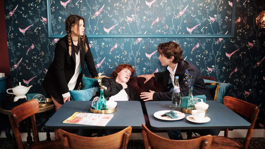 "Vivien (Sharon Berlinghoff), Julius (Paul Eilert) und Sebastian (Jonathan Weiske) bei ""Unter uns"""