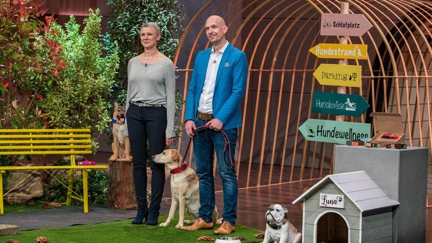 """Das Gründerpaar Walburga und Reto Falkenberg mit seinem Hund bei """"Die Höhle der Löwen"""""""