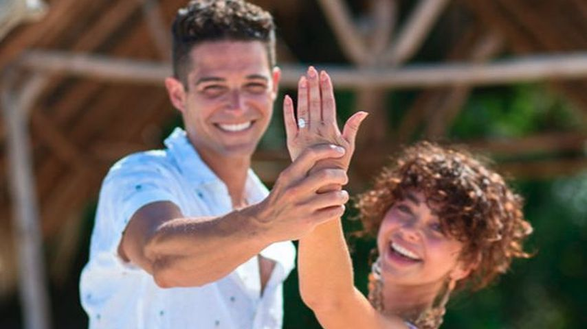 Wells Adams und Sarah Hyland bei ihrer Verlobung im Juli 2019