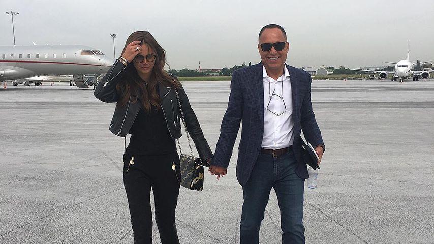 Xenia Deli und Ossama Fathi Rabah Al-Sharif am Flughafen von Paris