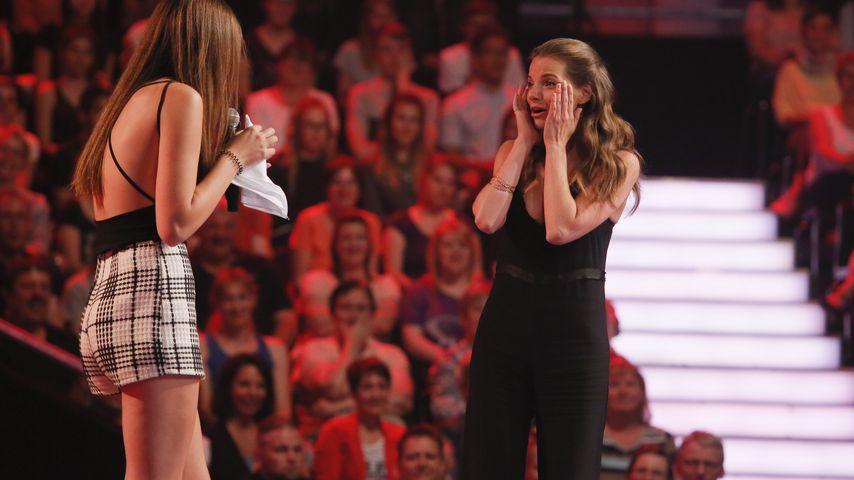 """Yvonne Catterfeld mit einer Kandidatin auf der """"The Voice of Germany""""-Bühne"""