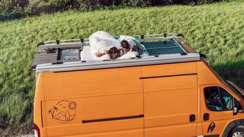 Yvonne Pferrer und Jeremy Grube mit ihrem Van