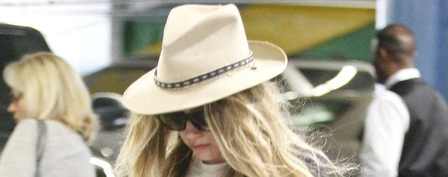 Amber Heard versteckt sich hinter Hut und Sonnenbrille