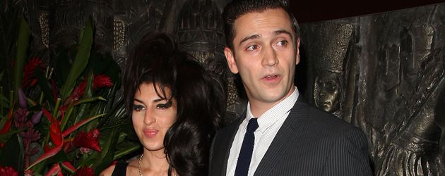 Amy Winehouse und Reg Traviss bei einem Event in London im August 2010