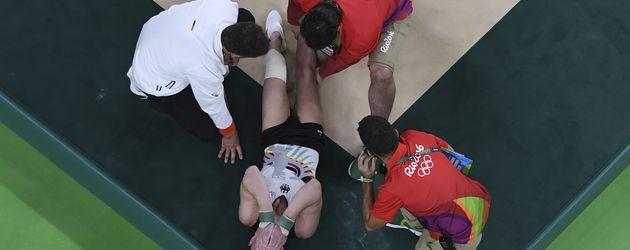 Andreas Toba mit Ärzten nach seiner Verletzung bei den Olympischen Spielen 2016