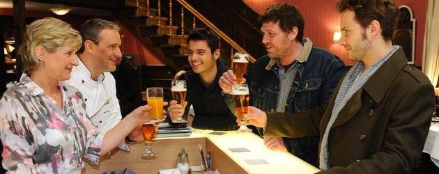 Anna und die Liebe: Nick und Maik mit Freunden an der Bar