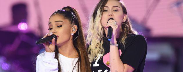 """Ariana Grande und Miley Cyrus während """"One Love Manchester"""""""
