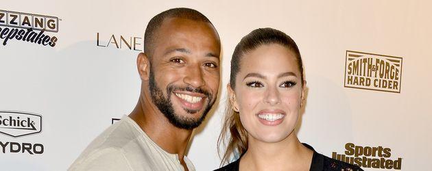Ashley Graham und Ehemann Justin Ervin auf dem roten Teppich einer Sports Illustrated Veranstaltung