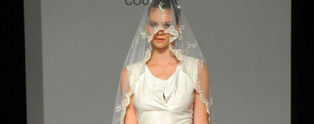 Betty Taube in einem Hochzeitskleid von Kauffeld & Jahn