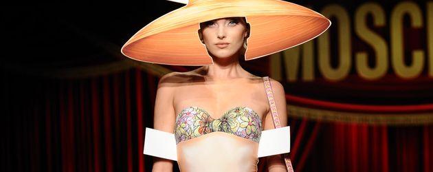 Bikinioutfit im Look einer Anziehpuppe
