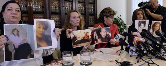 Pamela Abeyta, Sharon Van Ert und Lisa Christie, drei angebliche Cosby-Opfer, mit Anwältin Allred