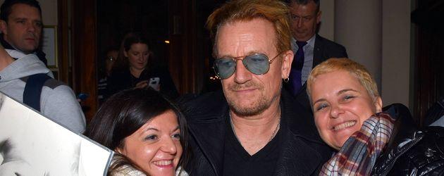 Bono mit Fans in Dublin