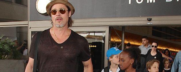 Brad Pitt und Angelina Jolie mit ihren Kindern am LAX