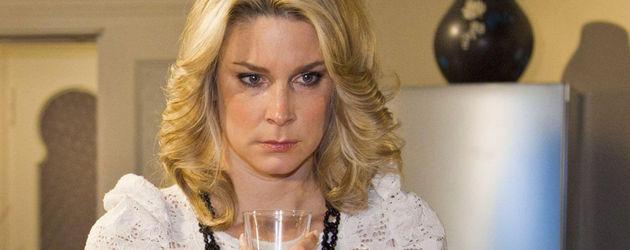 Claudelle Deckert mit einem Glas in der Hand