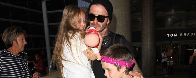 David Beckham mit Tochter Harper und Sohn Cruz am Flughafen von Los Angeles