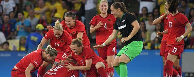 Die deutschen Fußballerinnen nach ihrem Sieg gegen Schweden im Olmypia-Finale