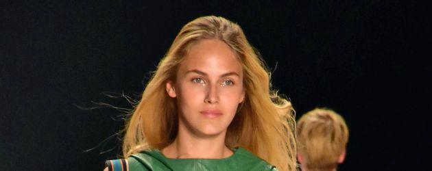 Elena Carrière bei der Riani-Show auf der Berlin Fashion Week 2016