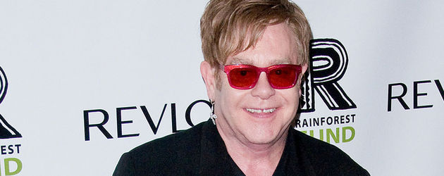 Elton John mit pinken Schuhen