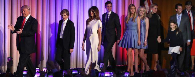 Donald Trump mit seiner Familie auf der Bühne im Hilton