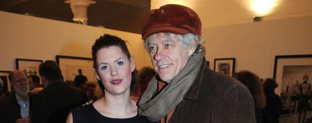 """Fifi Geldof mit ihrem Vater Bob bei der """"In Ethiopia""""-Ausstellung von Nikolai von Bismarck in London"""
