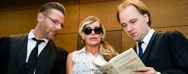 Gina-Lisa Lohfink mit ihrem Manager und ihrem Rechtsanwalt vor Gericht