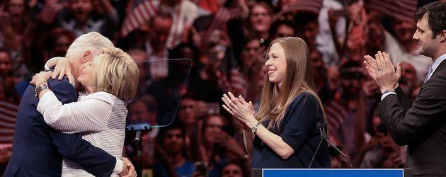 Chelsea Clinton, ihr Mann Marc & ihr Vater Bill unterstützen US-Präsidentschaftskandidatin Hillary