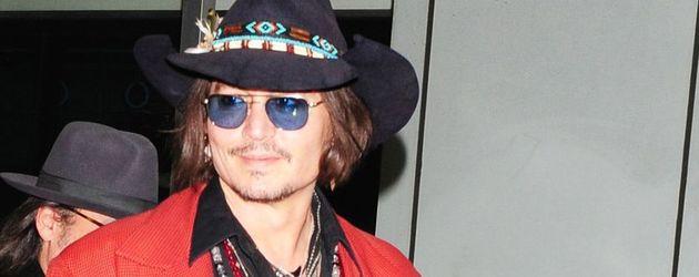 Johnny Depp trägt eine rote Jacke und einen Cowboy-Hut