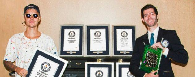 """Justin Bieber mit seinen """"Guinness World Records""""-Urkunden"""