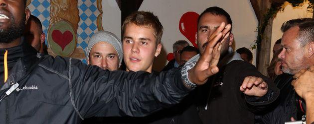 Justin Bieber mit seiner Entourage auf dem Oktoberfest