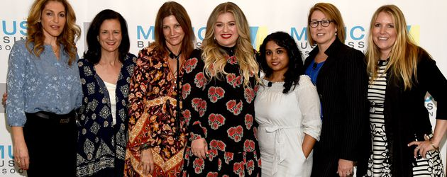 "Kelly Clarkson (m.) bei der ""Music's Leading Ladies Speak Out""-Präsentation"