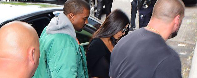 Kim Kardashian mit Kanye West nach ihrer Rückkehr aus Paris