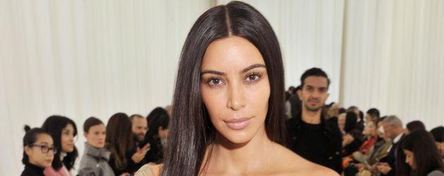 """Kim Kardashian auf der """"Balenciaga Modenschau"""" während der Pariser Fashin-Week"""
