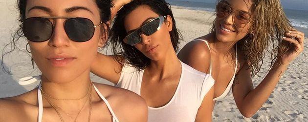 Kim Kardashian (Mitte) im Mexiko-Urlaub
