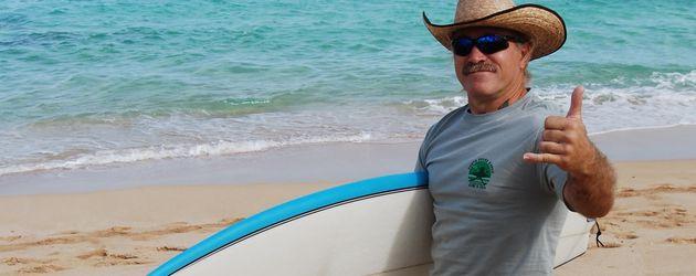 Konny Reimann auf Hawaii mit Surfbrett