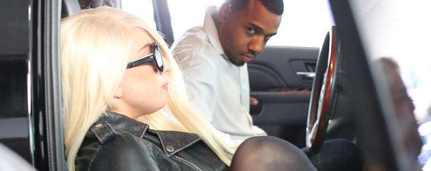 Lady GaGa sitzt im Auto