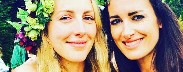 Laura Gallacher und Schwester Kirsty auf der Verlobungs-Party