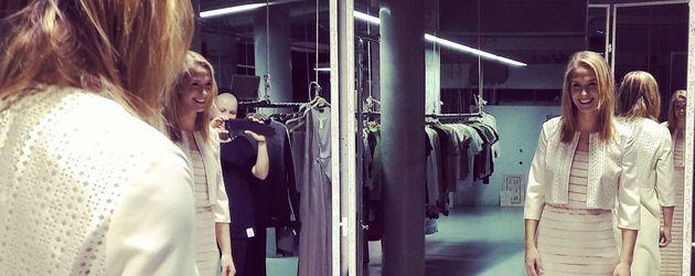 """Lea Marlen Woitack in einem Kleid von """"Berlina Pflanze"""""""