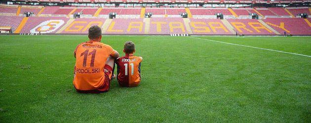 Lukas Podolski mit seinem Sohn im Türk Telekom Stadium