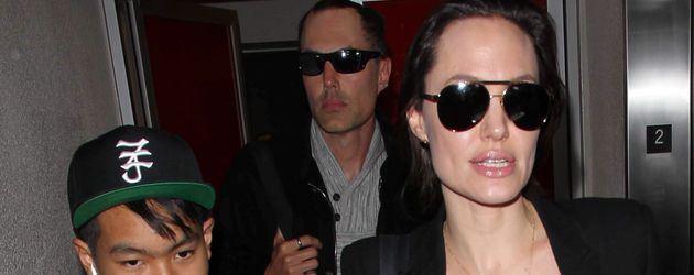 Maddox, James Haven und Angelina Jolie am Flughafen in Los Angeles