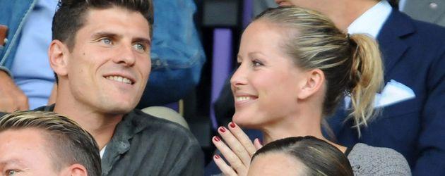 Mario Gomez und Carina Wanzung im Stadion in Florenz