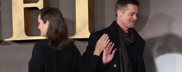 """Marion Cotillard und Brad Pritt beim High-Five auf """"Allied""""-Premiere"""