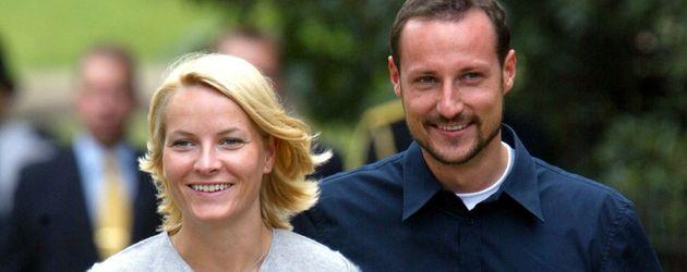 Mette-Marit und Haakon bei einem Spaziergang in London im Jahr 2002