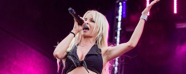 Mia Julia, Sängerin