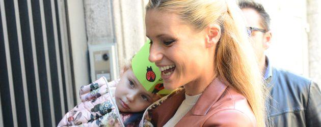 Michelle Hunziker mit Tochter Sole vor dem Café Trussardi in Mailand